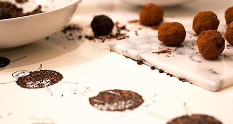 ilustracao-rafaela-rodrigues-chocolate-nhamnham-october-vinho-tinto-popa-doce-douro-receita-tamaras-trufas-filipa-gomes-bebespontocomes