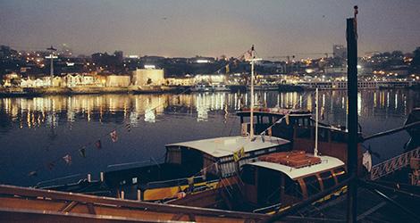 sunset-nignt-rio-douro-ribeira-porto-barco-rabelo-simplesmente-vinho-2015-bebespontocomes