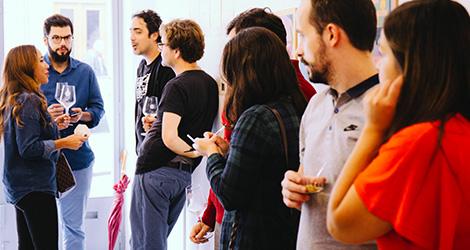 apresentacao-vinho-bebes-comes-bebespontocomes-galeria-dama-aflita-porto-wine-dao-lucia-freitas-art-iustracao-andre-da-loba-bebespontocomes-ambiente
