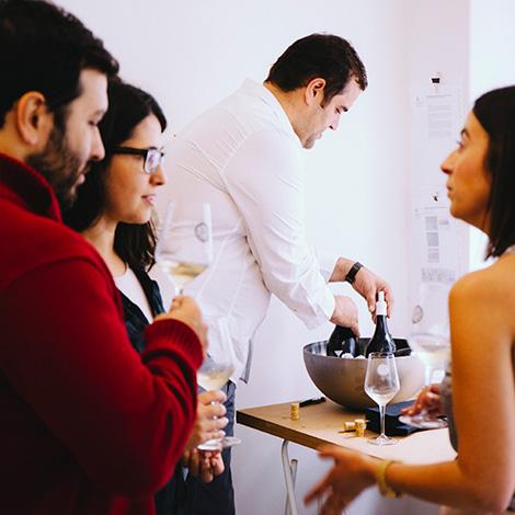 apresentacao-vinho-bebes-comes-bebespontocomes-galeria-dama-aflita-porto-wine-dao-lucia-freitas-art-iustracao-andre-da-loba-bebespontocomes-filipe