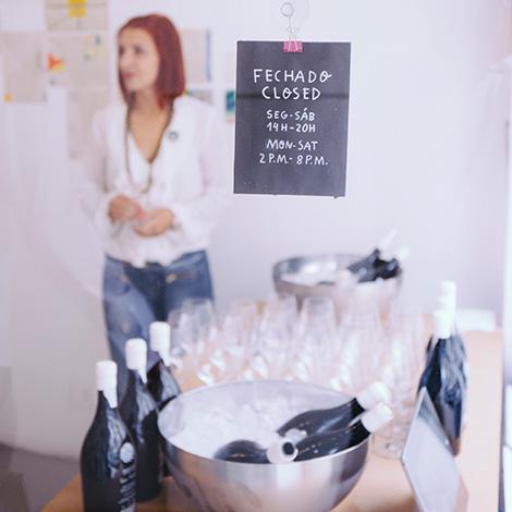 apresentacao-vinho-bebes-comes-bebespontocomes-galeria-dama-aflita-porto-wine-dao-lucia-freitas-art-iustracao-andre-da-loba-bebespontocomes-materia-prima