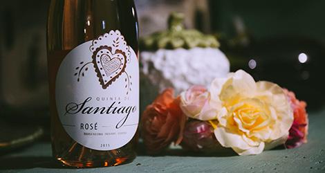 ontem-hoje-e-amanha-quinta-de-santiago-alvarinho-tinta-roriz-touriga-nacional-vinho-verde-rose-2015-garrafa-pormenor-bebespontocomes