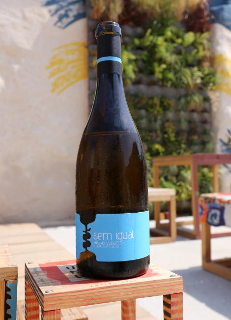 vinho-verde-2013-sem-igual-amarante-design-100-igual-um-novo-largo-aveiro-rua-sebastiao-domingo-celso-ascuncao-bebespontocomes-garrafa