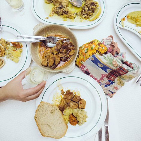 taberna-do-adro-elvas-receituario-alentejano-restaurante-vila-fernando-portalegre-migas-galinha-tostada-pao-de-rala-sericaia-vista-mesa-bebespontocomes