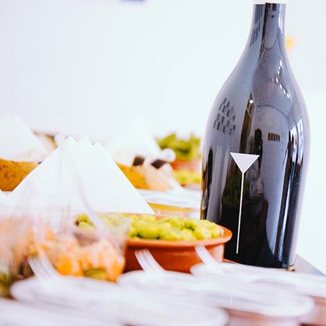 apresentacao-vinho-bebes-comes-bebespontocomes-galeria-dama-aflita-porto-wine-dao-lucia-freitas-art-iustracao-andre-da-loba-bebespontocomes-garrafa