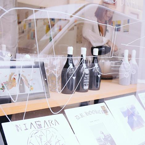 apresentacao-vinho-bebes-comes-bebespontocomes-galeria-dama-aflita-porto-wine-dao-lucia-freitas-art-iustracao-andre-da-loba-bebespontocomes-garrafas