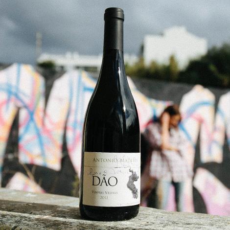 quadrada-geracao-grunge-vinho-antonio-madeira-2011-vinhas-velhas-dao-bebespontocomes-garrafa-wall
