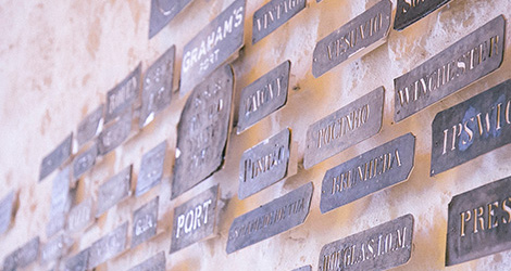 parede-logos-loja-grahams-symington-caves-douro-quinta-vesuvio-douro-vinho-porto-caves-gaia-bebespontocomes