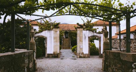 retangular-fachada-reguengo-melgaco-vinho-verde-hotel-alvarinho-adega-terroir-bebespontocomes
