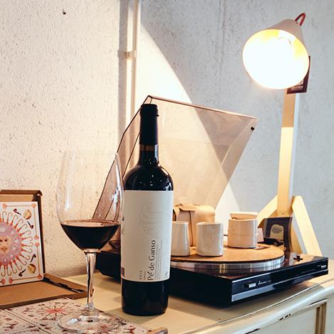 quadrada-ambiente-garrafa-cais-a-porta-loja-design-made-in-portugal-aveiro-vinho-pe-de-ganso-2012-baira-bairrada-bebespontocomes